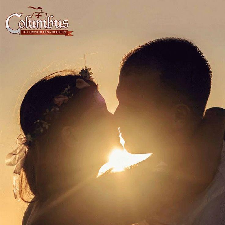 El amor se rendirá a los secretos más preciados de la Laguna Nichupté a bordo de Columbus Lobster Dinner Cruise. Este es el mejor tour de romance en Cancún al ofrecer una velada muy especial rodeada de hermosos paisajes, música de saxofón en vivo, copas de vino y una deliciosa cena de Langosta o Filete de Carne.