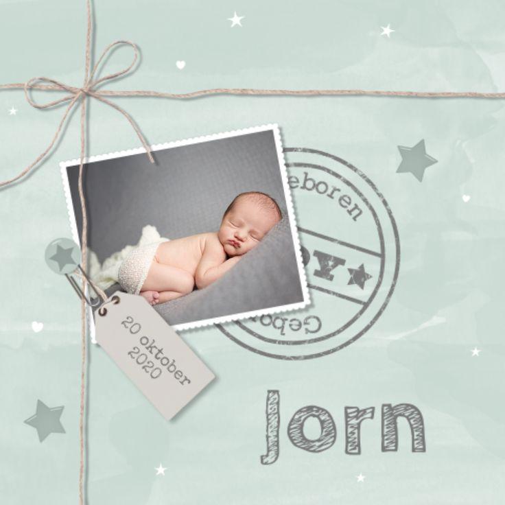 Geboortekaartje met een foto om je baby gelijk voor te stellen aan de wereld. Watercolour als achtergrond geeft het kaartje een speelse look.