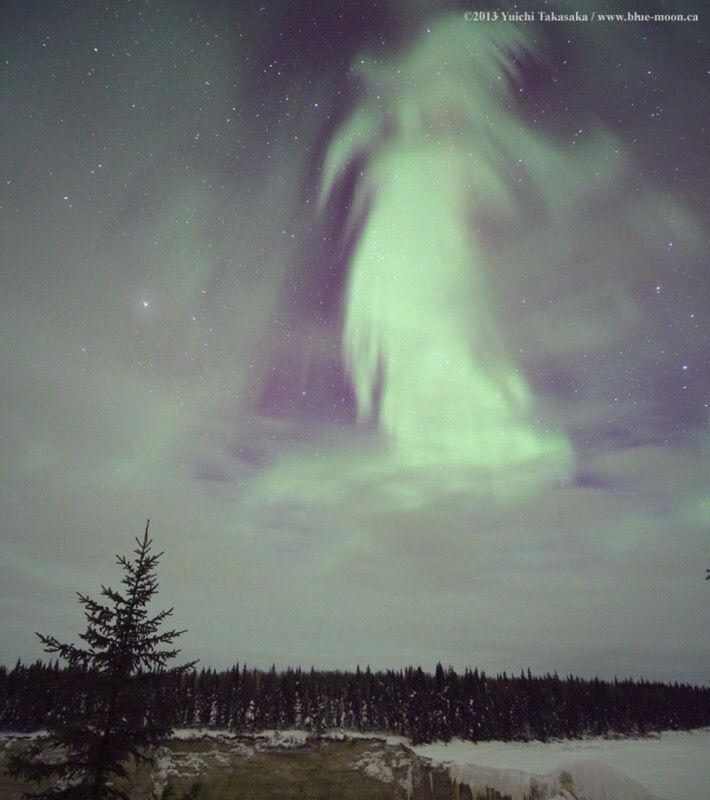 Aunque la foto es de 2013, esta aurora fantasmal parece hecha aposta para Halloween... Sucedió en Canadá, una mañana cualquiera...