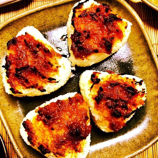 焦げ目が香ばしいですね。やっぱ、土鍋で炊いたごはんは美味いですわ。 - 50件のもぐもぐ - 土鍋ごはんでネギ味噌焼きおにぎり   アフター by qichi36