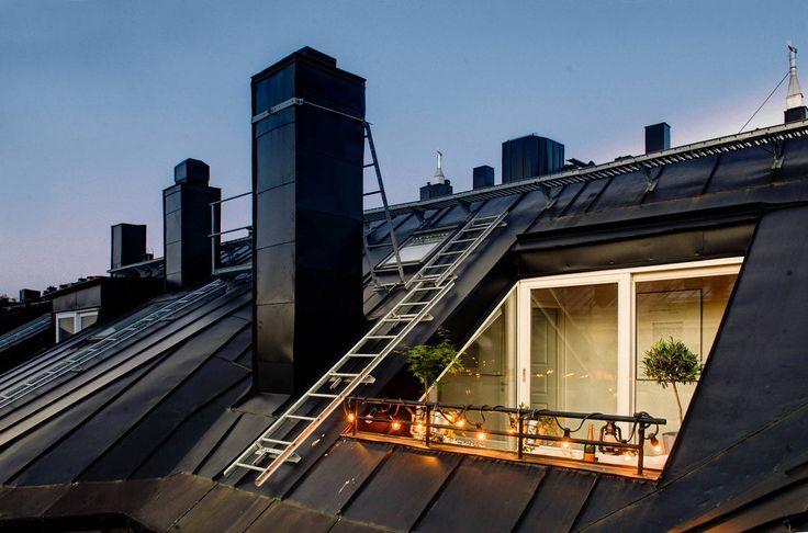 Attic   Un lumineux duplex en partie sous les toits avec une belle loggia qui se fait admirer de l'intérieur et apporte encore de la lumière.     ...