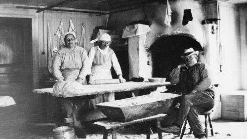 Bagarstuga. Större bondgårdar hade ofta en särskild stuga där man bakade sitt bröd några gånger per år. Dalarna, Lima socken, bilden från 1920-talet. Fotograf: G. Olsson
