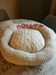 Un vieux pull ... Un petit oreiller ...une broderie ... Un magnifique panier pour ma chienne Holly!