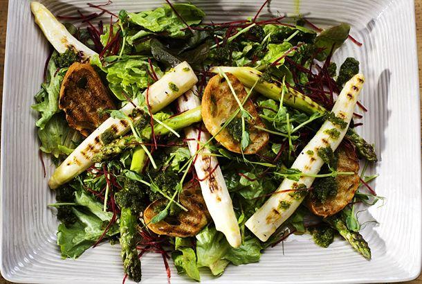 Grillad sparris med pesto, sallad, rödbetor och bruschetta | Recept från Köket.se