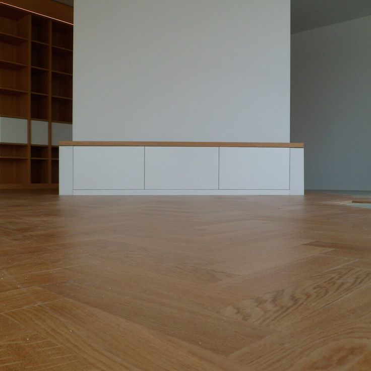 #Audiomeubel is tevens #bank Voor het audiomeubel is gebruik gemaakt van een bestaande bouwkundige constructie. Het meubel kan ook als bank gebruikt worden. Achter de deuren zijn alle aansluitingen en snoeren voor de diverse audio apparatuur weggewerkt. De deuren zijn van MDF zijdeglans gespoten in RAL 9003. Het dek is gemaakt van blank afgelakt eiken fineer welke rondom met massief eiken is herlijst. #Ontwerp: #Robbrecht #Vormgeving / #Westerbreedte #Architecten www.robbrecht.nl