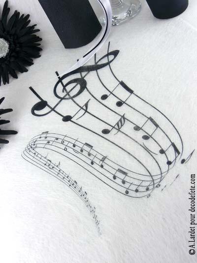 Ayez l'oreille et l'appétit musical avec le chemin de table notes de musique. #deco #musique http://www.decodefete.com/chemin-table-partition-musique-p-3018.html