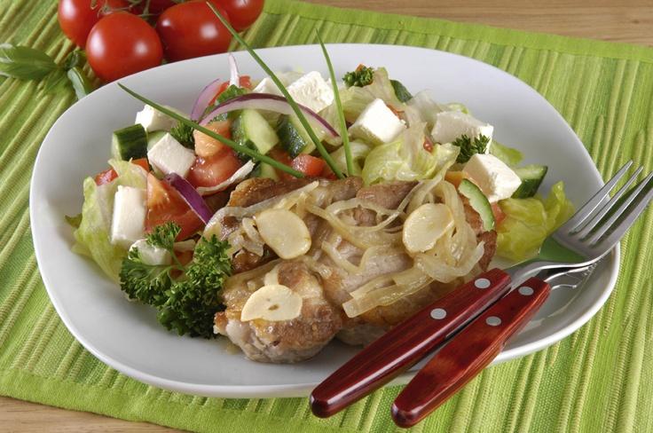 Frissen sült salátával