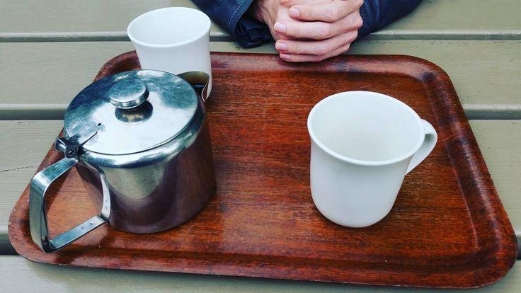 Te metalowe dzbanki do parzenia herbaty są tutaj bardzo popularne. Ciężko jest z nich wyjąć saszetkę i nalać naparu nie parząc sobie palców. Tym razem śniadanie w Tea Roomach Phoenix Parku. Mocna śniadaniowa herbata ale wydają się mieć też sypaną.  #breakfasttea #dublin #phoenixpark #tearoom #herbata #instaherbata #piewcyteiny #tea #tee #instatea #lifestyle #instafood  #healthy #caj #tealife #tealovers #teaddict #kochamherbate #ilovetea #chá #te #čaj #thé #çay #thee #té #tè