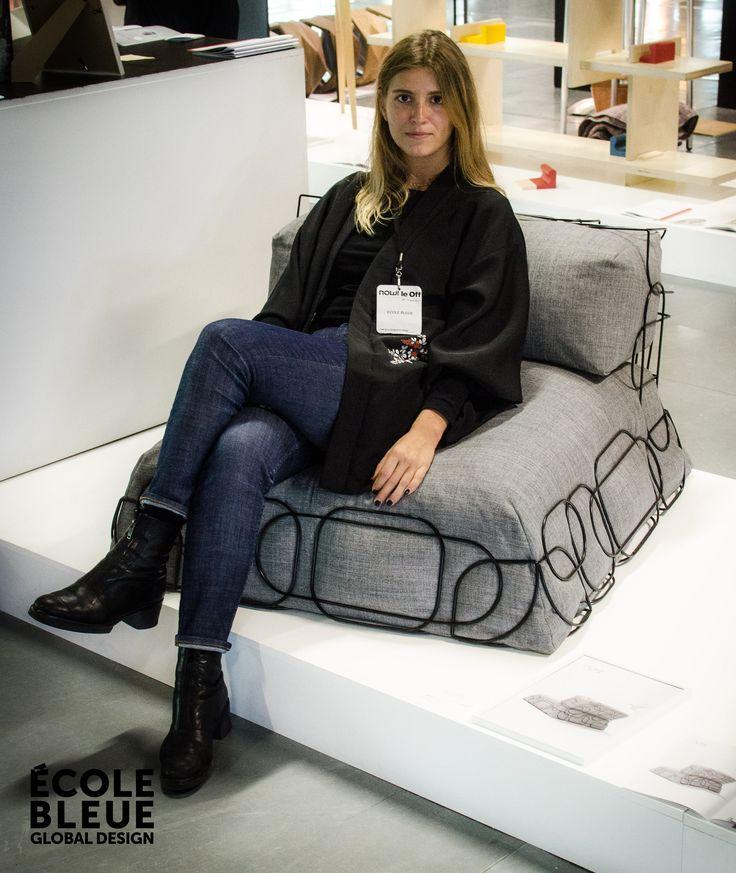 Le canapé « Nest», design Chloé Lopez.  Comme un panier, la structure très graphique du fauteuil « Nest » accueille et maintient de confortables coussins d'assise et de dossier.  Déclinable en plusieurs coloris, la gamme « Nest » se compose d'un fauteuil, d'un canapé, d'une méridienne, d'un pouf et d'un fauteuil d'angle. Les inclinaisons rentrantes ou sortantes de chaque module permettent des compositions simples et élégantes.