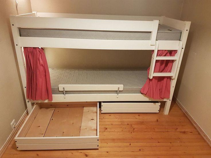 Hvit Oppdal køyeseng selges. Inkludert er 2 vendbare Svanemadrasser. Det følger også med to sengeskuffer med god lagringsplass. Den ene sengebunnen bør kanskje byttes. Gardinen er hengt opp av oss, men kan enkelt fjernes hvis ønskelig. Se her for mer info: http://www.mobelringen.no/soverom/senger/koyeseng-75-75-x-200-cm-2424.html