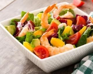 Salade estivale crevettes, mangue et avocat : http://www.fourchette-et-bikini.fr/recettes/recettes-minceur/salade-estivale-crevettes-mangue-et-avocat.html