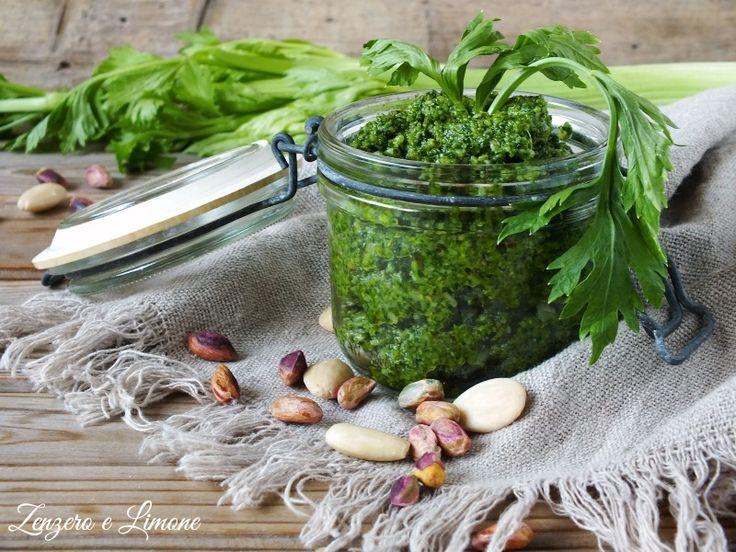 Il pesto di sedano è una salsa estremamente gustosa preparata con le foglie di questo ortaggio. Una vera ricetta riciclo, semplicissima e veloce.