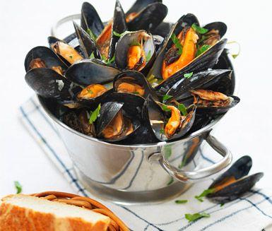 Moule marinière, vinkokta musslor, är bland det läckraste det sydfranska köket har att bjuda på. Du lagar enkelt denna festmåltid genom att låta musslorna dra i torrt vitt vin med vitlök, schalottenlök och persilja. Servera med frasiga baguetter.