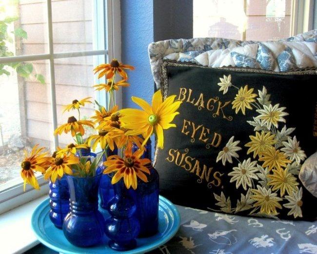 Black-eyed Susans and cobalt glass vases perfect Flea market gardening!