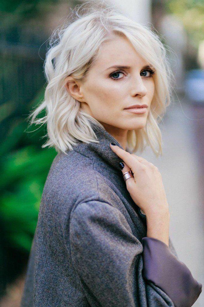 le blond froid fait très chic avec une coupe au carré mi-long