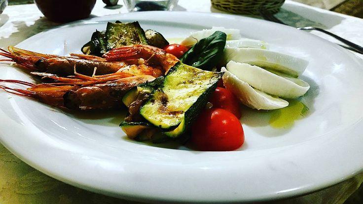 @CIVICO128 RISTORANTE (ex Su Sirboni/Pub Green Gallery... e ancor prima Rock Burger!!) •• Caprese di bufala, ciliegini, zucchine e gamberoni. ••��♥�� Consigliatissimo, e non solo perché li conosco personalmente, ma perché davvero si mangia bene e il locale e fighissimo! ������������������������ #foodporn #seafood #love #mozzarella #cibo #restaurant #ristorante #Civico128 #sardinia #sardinianfood #igers #igersitalia #igerssardegna #lovefood #mediterraneo #09043 #Murera #Muravera #Sarrabus…