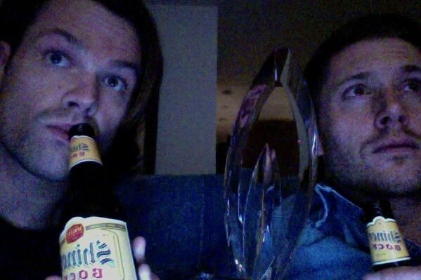 """amellywood this is how me and JA watch #supernatural, how do you watch #arrow?"" J2 live-tweeting season 9 mid-season finale"