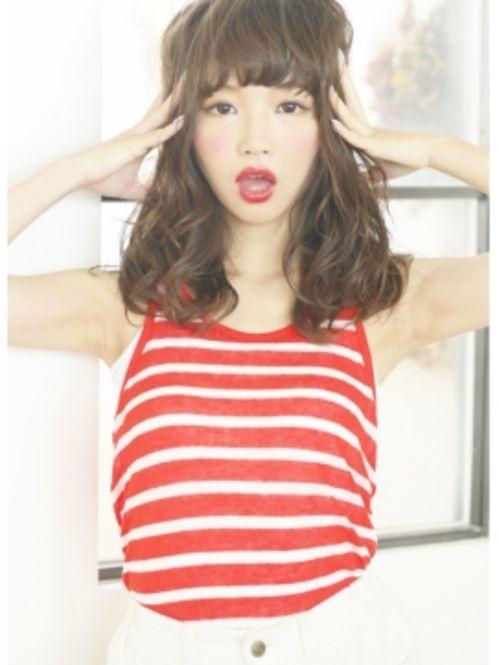 ウェットなミディアムヘアーとショートバングの組み合わせのお手本は、紗栄子さん♪重めバングでレトロな雰囲気をプラスしたウェーブヘアスタイルです。
