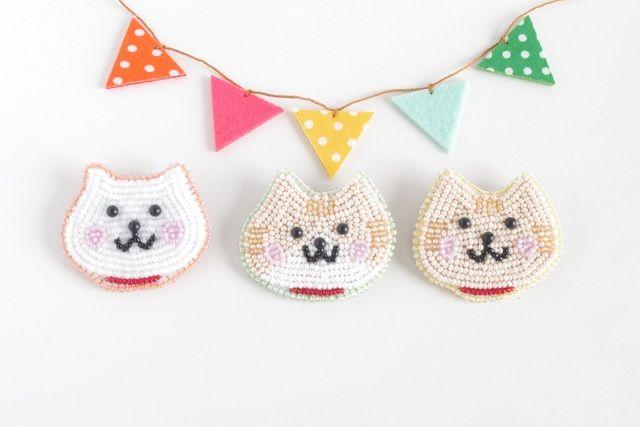 キュンキュンスマイル猫のブローチ シロ(ビーズ刺繍)