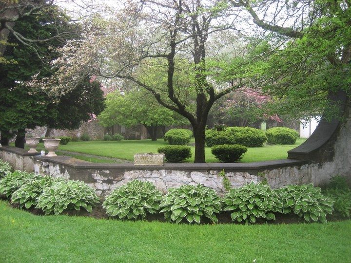 Superbe Landscaped Gardens At The Historic Gwyn Careg Inn Located In The Charming  New England Setting Of