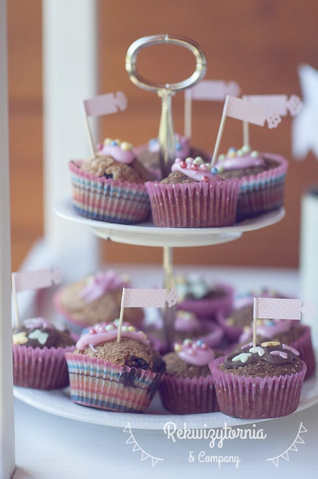 Słodki stół a na nim m.in  nasza propozycja dla najmłodszych - pyszne babeczki marchewkowe.  #rekwizytorniaandcompany #wesele #urodziny #dekoracje #candybar #trójmiasto