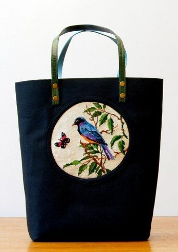 Egy szép hímzett táska madárral és pillangóval.