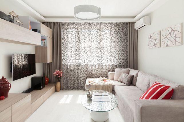 Un living aerisit, functional amenajat cu mobilier modular si mici detalii decorative care personalizeaza spatiul.