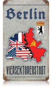 """Offiziell stand Berlin unter gemeinsamer alliierter Verwaltung, daher der Name """"Viersektorenstadt"""". Aber durch unterschiedliche Systeme und Vorstellungen wurde daraus West- und Ostberlin, bis 1989. Westberlin war mit der Bundesrepublik assoziiert, jedoch kein Bestandteil von ihr. Ostberlin hingegen wurde zur Hauptstadt der DDR, obwohl offiziell unter sowjetischer Verwaltung stehend."""