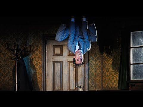 Audio-Einführung zur Inszenierung Die Verwandlung (Regie Gísli Örn Garðarsson)  Als Gregor Samsa eines Morgens in seinem Bett aufwacht findet er sich in ein ungeheures Ungeziefer verwandelt. Vater Mutter und Schwester mit der Tatsache seiner Verwandlung konfrontiert versuchen mit dieser Herausforderung zurechtzukommen. Die anfänglichen Bemühungen um sein Wohl und um Normalität lassen jedoch bald unter dem Druck der Überforderung nach. Zuvor war er als Handlungsreisender der agile Ernährer…