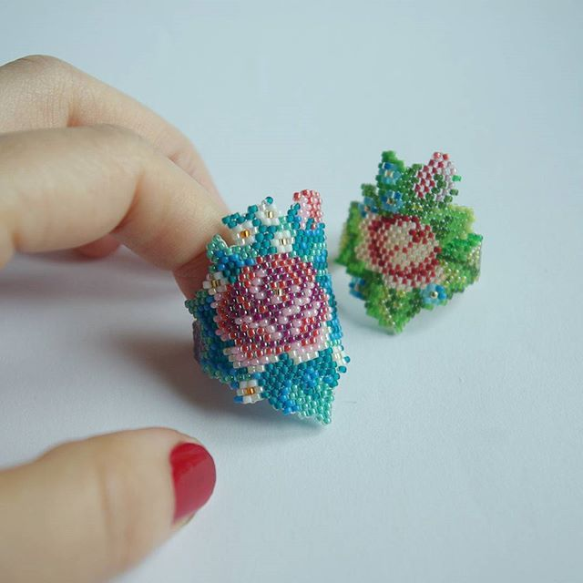 Blooming fingers #ring #ringband #peyotering #flowerring #peyote #floralring #etsy #engagementring  #beadwork #microbeads #gifts #jewelrydesign #jewelryblogger #christmasgift #anniversarygift #botanicaljewelry #roses #rosetattoo #wedding #weddingring #redroses #arttowear #fashionjewelry #inthemoodforlove #alternativeengagementring #宝石 #リング #手作り #かわいい