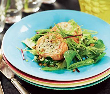 Laxbakelse med avokadokräm och krispigt äpple är en festlig förrätt som går utmärkt att förbereda och förvara i frysen. Servera med gröna blad, ringla över honungsdressing och toppa med knapriga nötter.