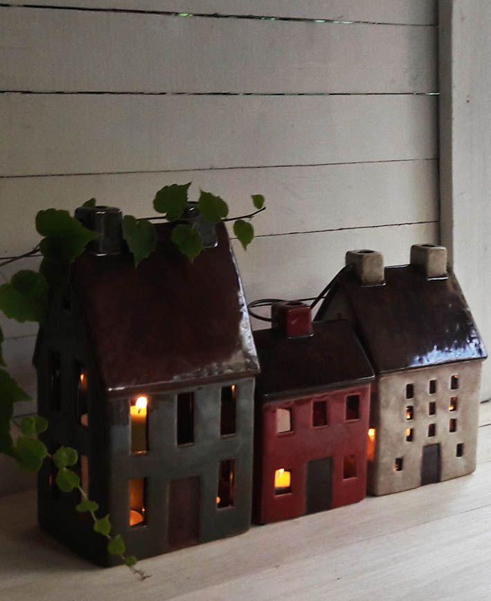 Un magico rincon que inspira la imaginación con estas casas porta-velas de cerámica inspiradas en la arquitectura holandesa. Son preciosas!! estamos enamoradas de estas preciosas casitas.