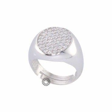 Ένα μοντέρνο ανοικτό δαχτυλίδι τύπου σεβαλιέ (chevalier) σε ασήμι 925 με ζιργκόν καρφωμένα στην όψη του. Διαθέσιμο σε ό,τι χρώμα μετάλλου επιθυμείτε. #σεβαλιε #ζιργκον #λευκοχρυσο #δαχτυλίδι