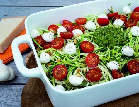 spaghetti courgetti met pesto, ovengegaarde tomaatjes en mozzarella