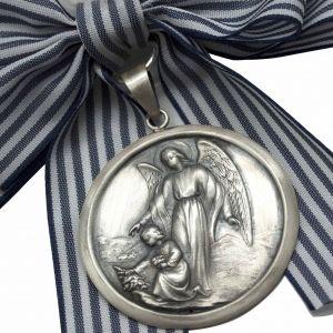 Medalla de Cuna Angel de la Guarda Plata de Ley Envejecida. Ideal para regalar a bebés recién nacidos o como regalo de bautizo. La medalla está preparada para ser colgada en una cuna, cochecito o pared. #Medallasdecuna #reciennacidos