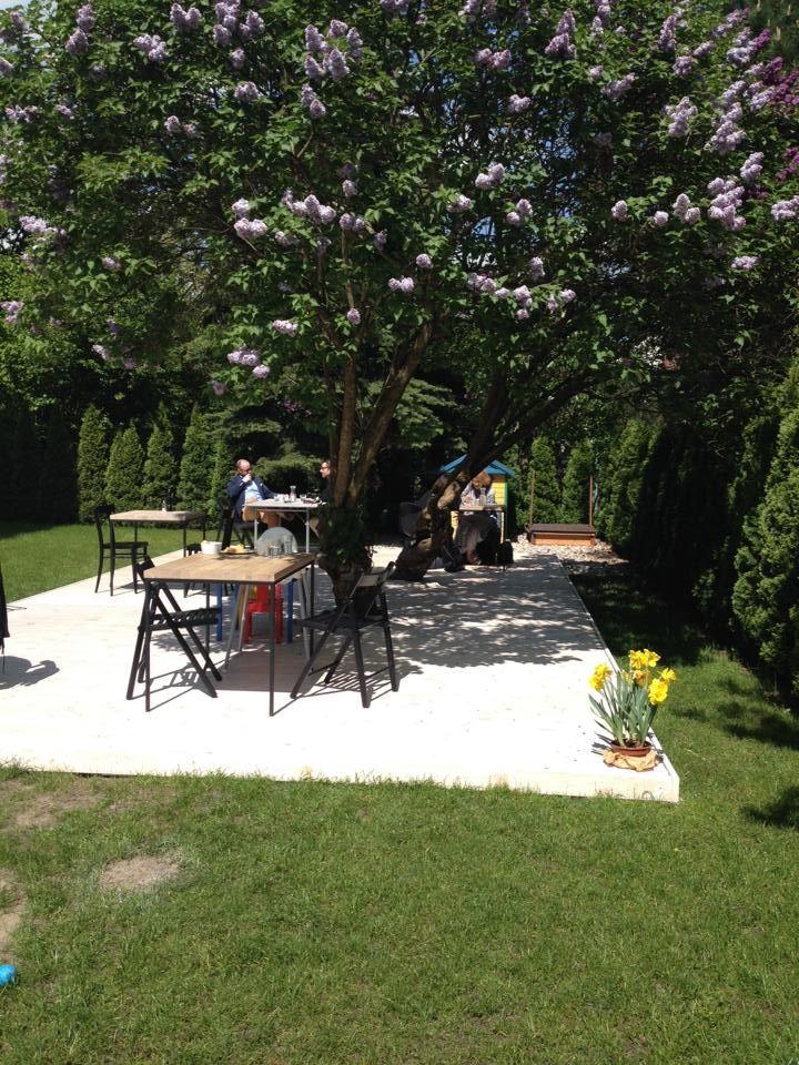 Są takie miejsca w Warszawie, które rozkwitają na wiosnę wraz z otwarciem swoich ogródków. Na które czekam całą zimę bo własnie w te ciepłe dni mają najbardziej wyjątkowy klimat a ja lubię klimatyc…