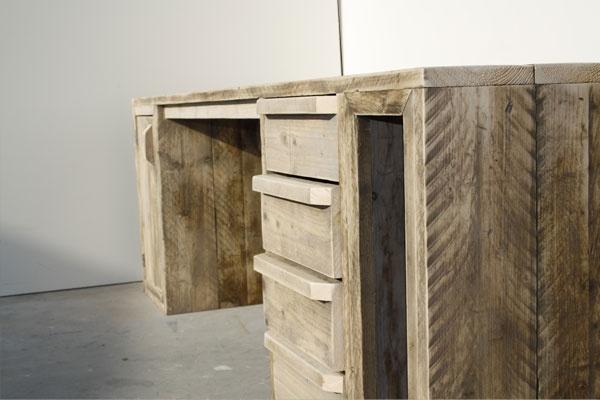 Chique bureau van steigerhout afgewerkt met een transparante lak.