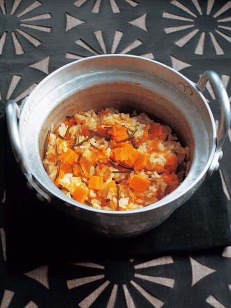 だしをとったあとの昆布でも、旨みを充分味わえるごはん。にんじんの甘みが最高の薬味。|『ELLE a table』はおしゃれで簡単なレシピが満載!