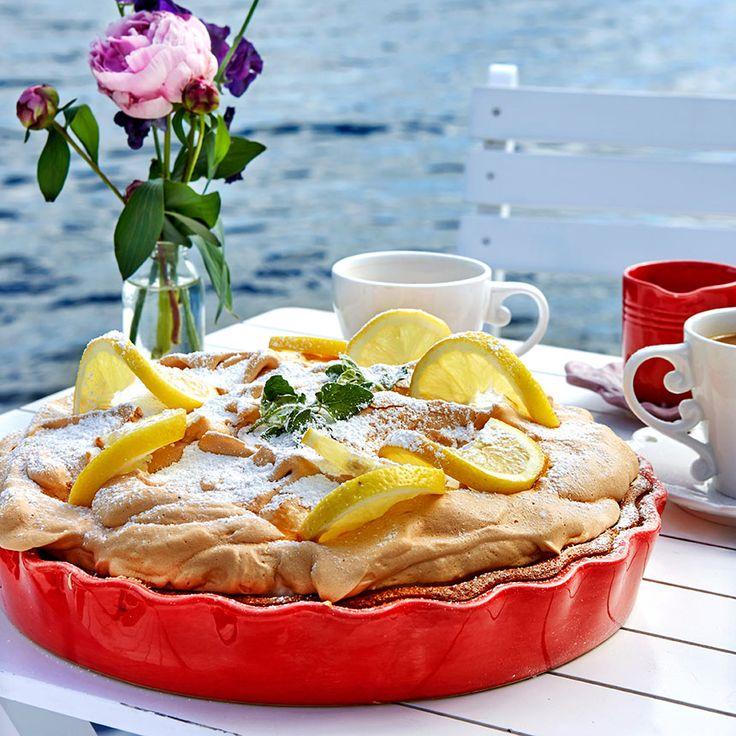 Citronmarängpajen får gärna garneras med citronskivor, citronmeliss och florsocker.