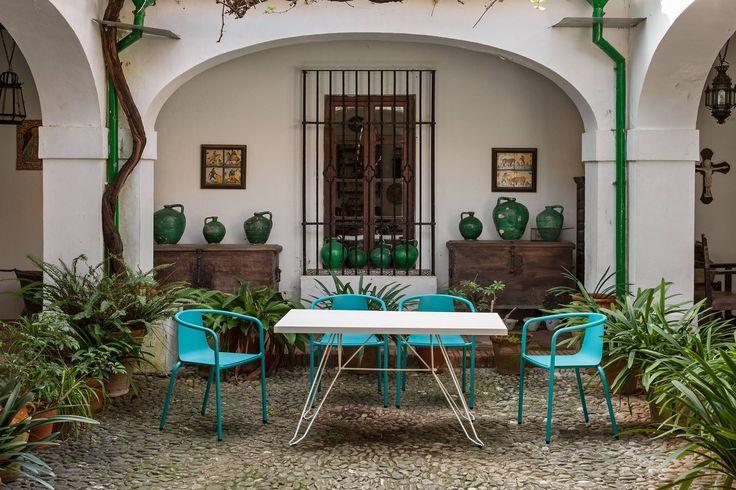 Patios que nos inspiran con ese aire mediterráneo que nos enamora!.  Seguimos incorporando más novedades en www.fustaiferro.com para que encuentres los muebles de metal que mas te gustan. #hosteleria #bar #terraza #hotel #fustaiferro #restaurante #patio