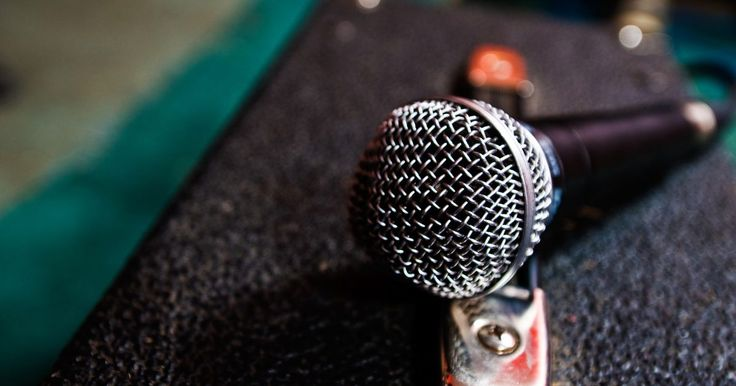 """Cómo arreglar un retardo de micrófono en Audacity . Un retraso de micrófono se produce cuando hay un desfase notable entre el audio grabado y el procesamiento de la entrada de tu computadora. El retraso de micrófono es más notable cuando utilizas un micrófono en """"overdub"""", o grabas encima de una pista de audio existente. Si utilizas Audacity para manejar las tareas de edición de audio y te das ..."""