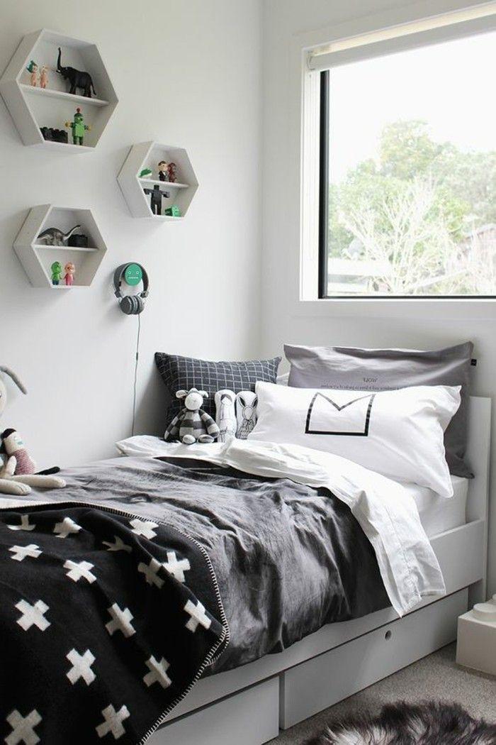 chambre d'ado garçon avec grande fenêtre et coussins décoratifs