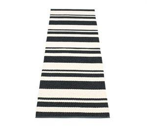Odd gulvtæppet fra Pappelina er super klassisk - stribet i sort-hvid. Se her.