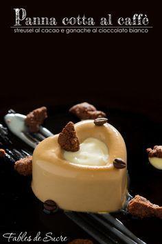 Panna cotta al caffè con streusel al cacao e ganache al cioccolato bianco, dolce al piatto semplice ma carico di gusto ed esteticamente molto accattivante