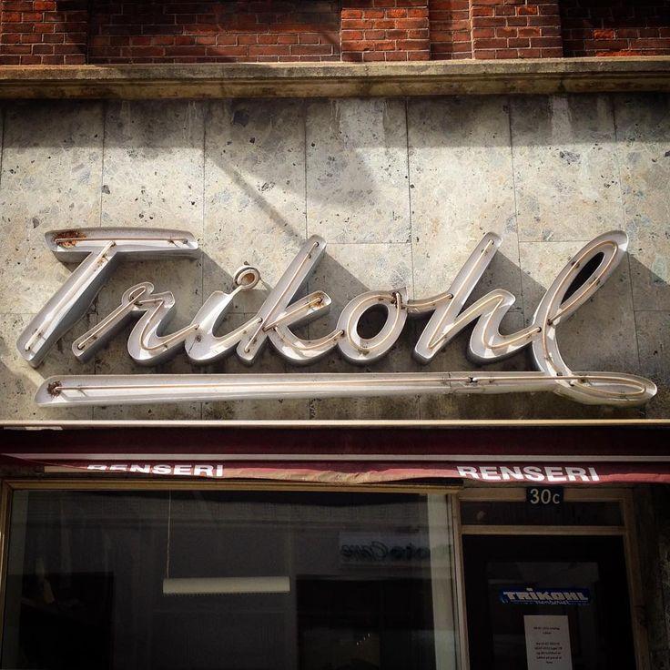 Smukt retro #neonskilt hos #trikohl renseri i #thisted #neonsign #neon #signage #signaddict