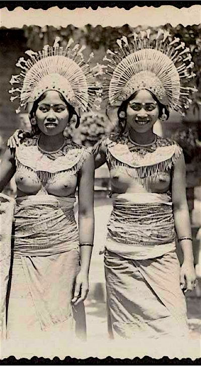 Beautiful vintage pic of young Balinese girls.