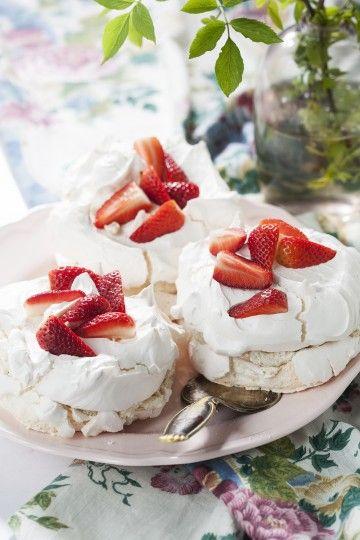 #beza z kremem i truskawkami. #strawberries #pavlova #merengue #delektujemy #bakalland #desert