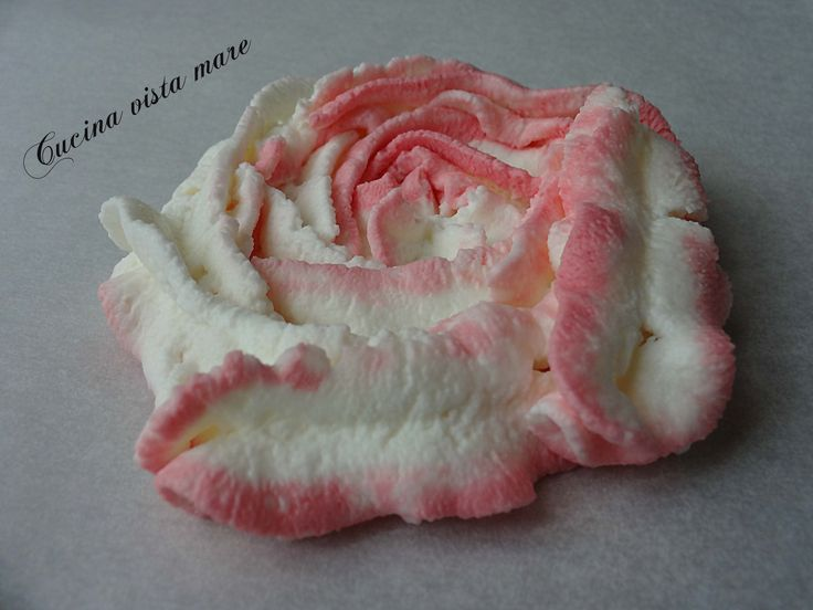 Le rose di crema con sac a poche sono una decorazione delicata e originale che renderanno qualsiasi dolce raffinato ed elegante.