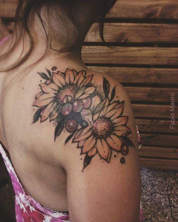 Tatuaje sketch de dos girasoles en el hombro derecho.