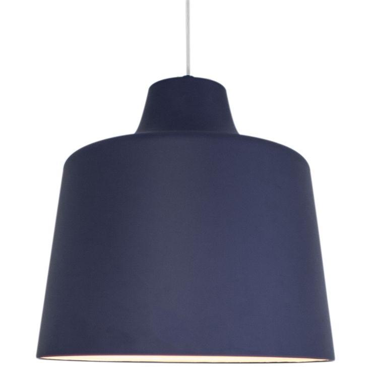 Winner taklampa från By Rydéns i lackad plåt och finns i blått, svart, vitt och krom.